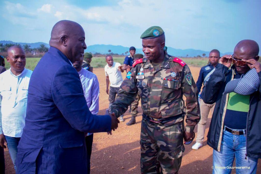 Poignet des mains entre le Gouverneur de la province du Maniema, Son Excellence Auguy Musafiri, et, le Commandant de la 31ème brigade, Unité Commando à réaction rapide, à Salamabila dans le Sud de la province du Maniema lors d'une mission de pacification de cette zone. Photo by Chris Milosi.
