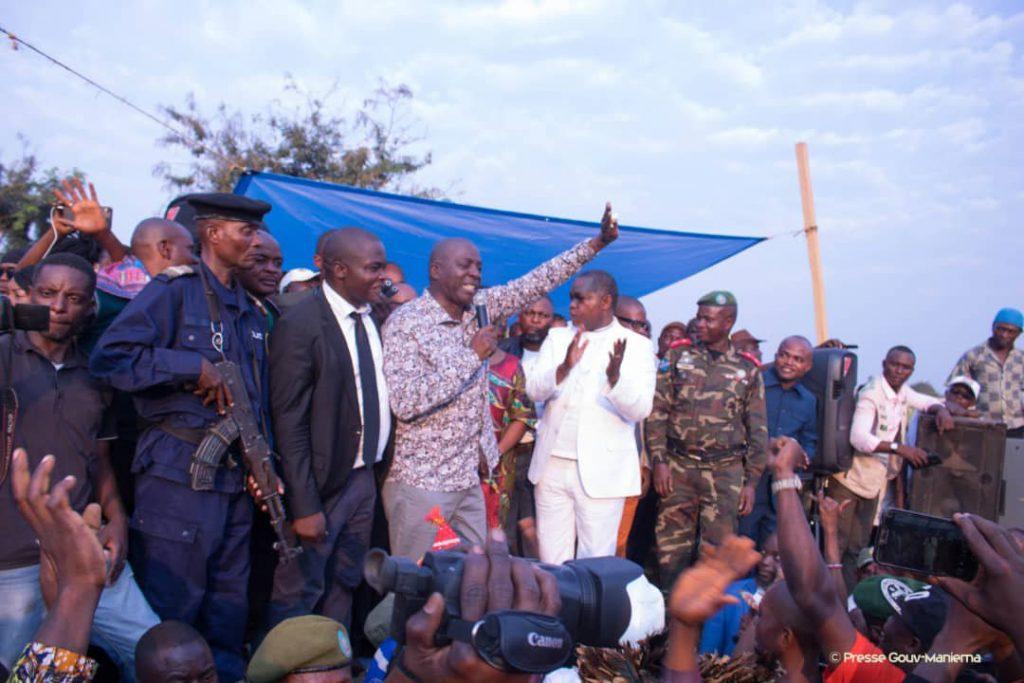 Le Gouverneur de la province du Maniema, Son Excellence Auguy Musafiri, salue la foule venue l'accueillir. A côté de lui, le Vice-Premier Ministre de l'intérieur, Son Excellence Basile Olongo. En août 2019, le Gouvernement s'est impliqué dans la pacification de la zone Sud de la province du maniema et obtenue la libération des otages agents de Banro qui étaient entre les mains la milice Malaïka. Photo by Chris Milosi.