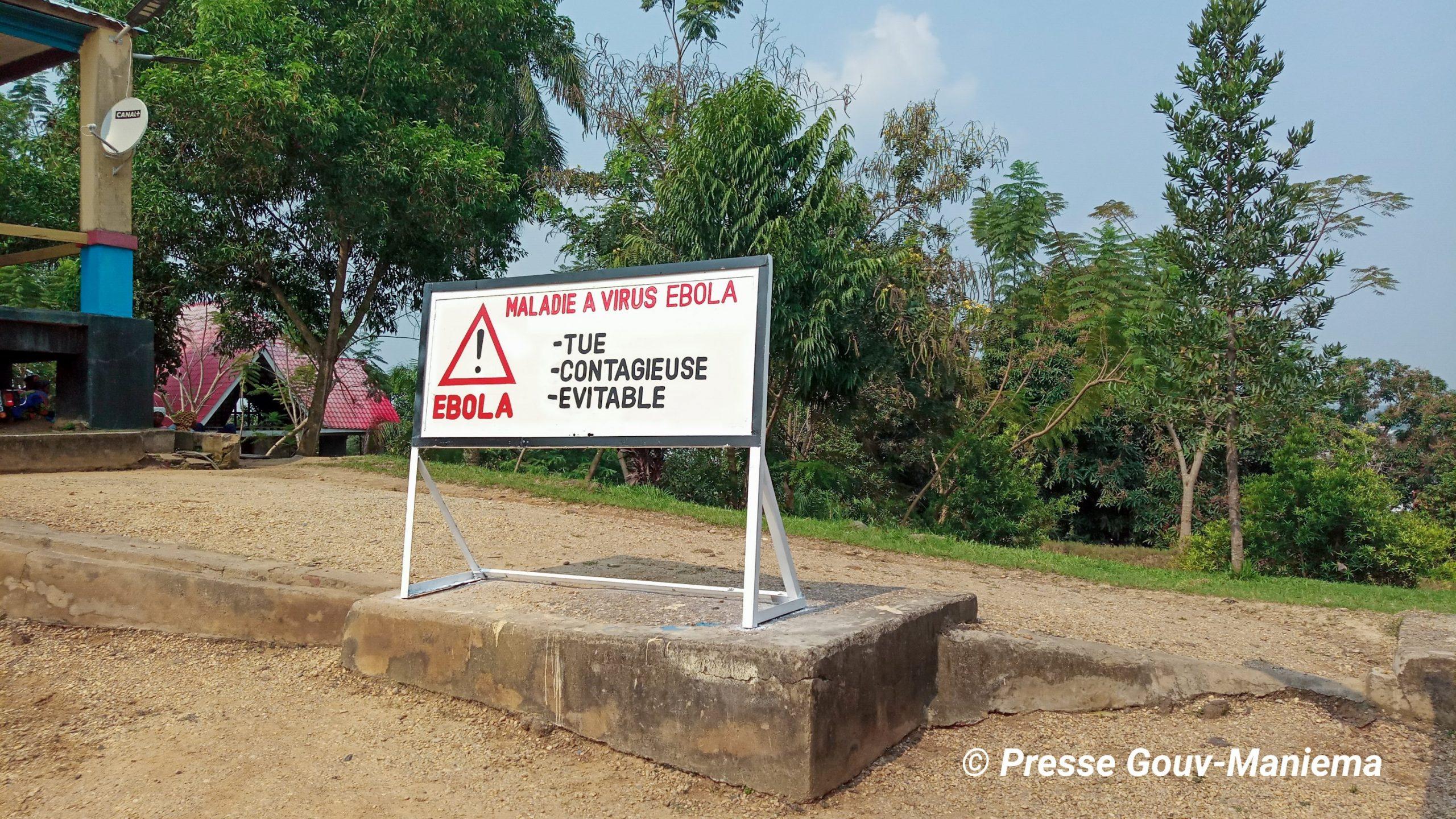 Un panneau portant le message sur la lutte préventive de la maladie à virus Ebola devant le bâtiment du Gouvernorat de la province du Maniema. Le Maniema a intensifié des activités de sensibilisation pour prévenir la maladie à virus Ebola qui sevit dans le Nord et Sud Kivu voisins. Photo by Chadrack Londe
