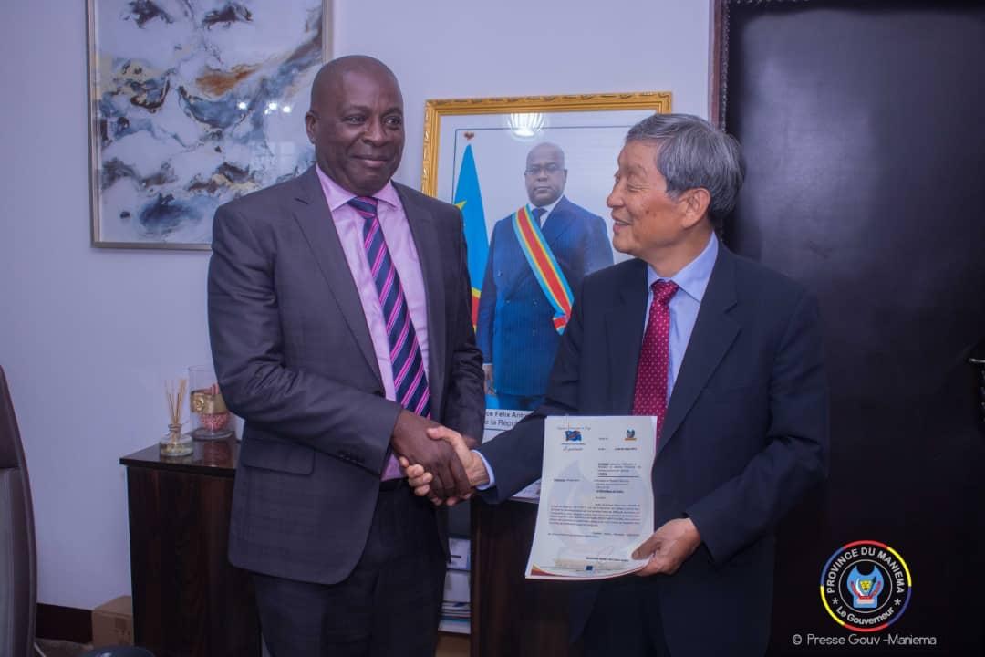 Maniema : Le Gouverneur signe des contrats d'investissement avec deux Sociétés Sud-coréennes.