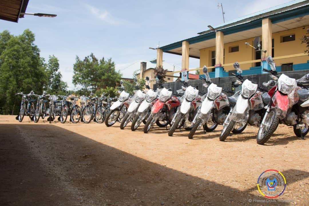 Maniema : le Gouverneur Musafiri distribue des motos et vélos aux zones et centres de santé grâce à l'appui de IMA WORLD HEALTH