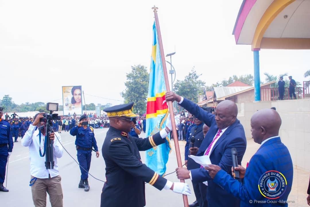 Maniema : le Gouverneur Musafiri remet l'étendard de commandement au nouveau commissaire de la police.