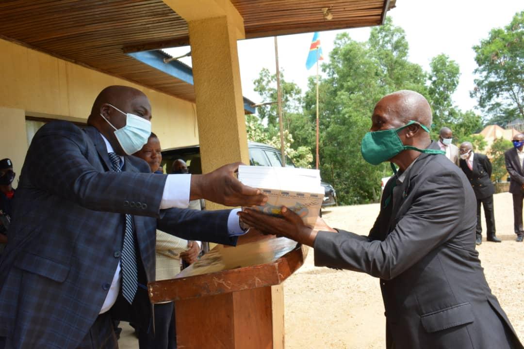 Maniema : le Gouverneur Musafiri remet des bulletins scolaires aux Chefs d'établissements