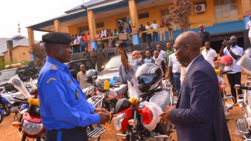 Maniema : Le Gouverneur ad intérim Idrissa remet 22 motos aux différents services sécurité en province.