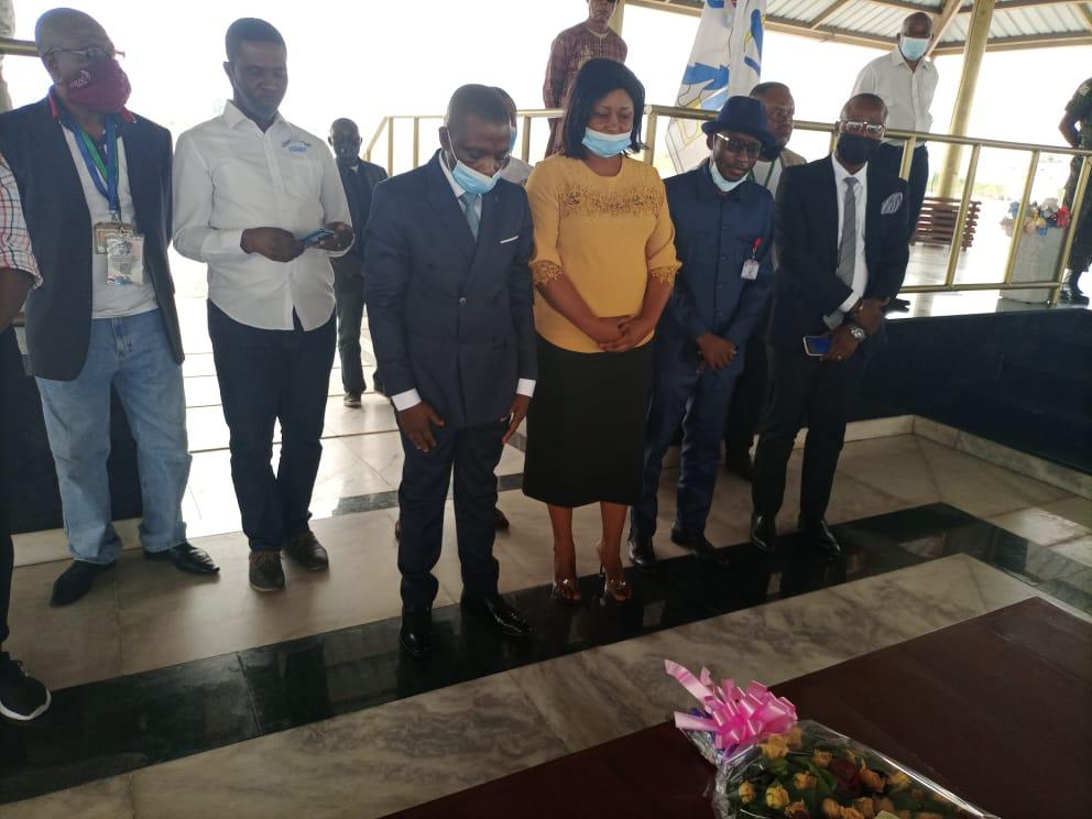 Fête des Parents : AFANI IDRISSA MANGALA s'incline devant le mausolée d'Étienne Tshisekedi.