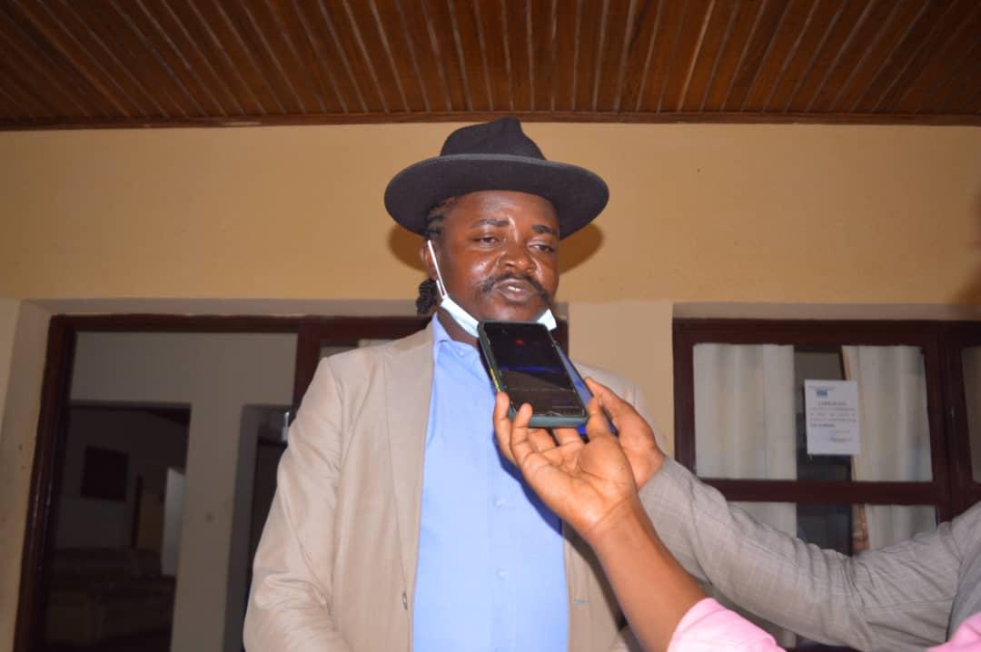 Maniema : Le Gouverneur ai s'entretient avec l'artiste Amisi Firmin, Alias Chiruza Masamba