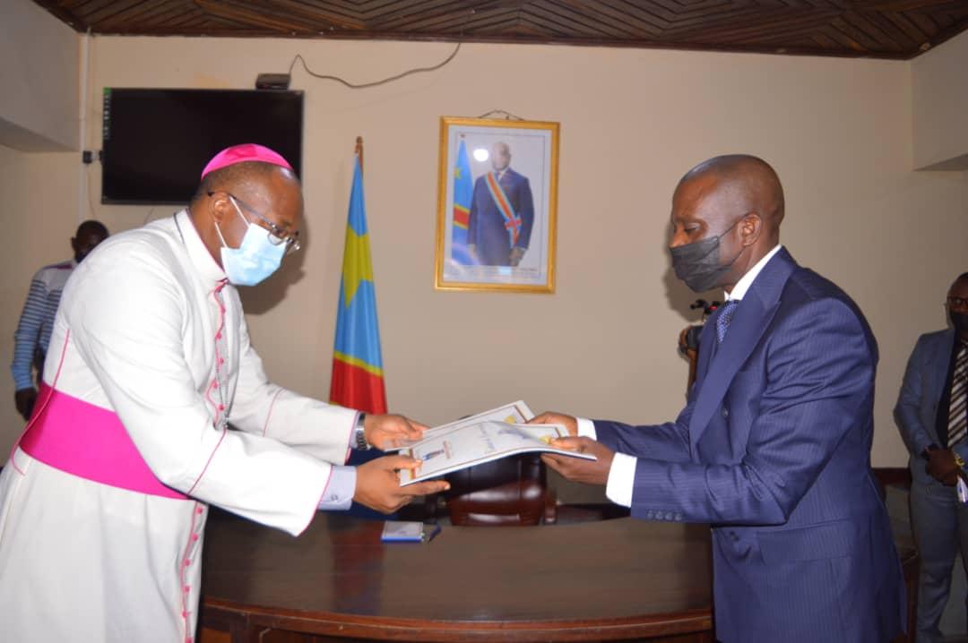 Maniema :  Le Gouverneur ai donne le feu vert au diocèse de Kindu pour la recherche des partenaires pouvant finances certains projets du développement.